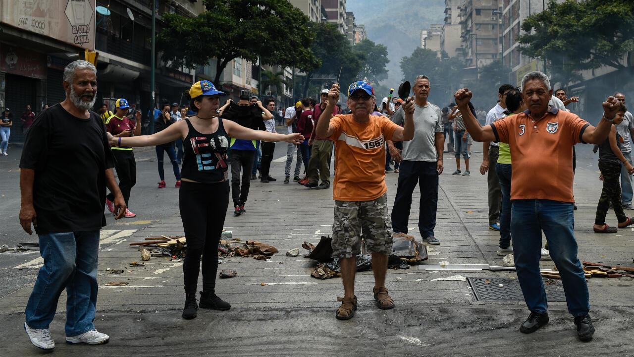 Des manifestants protestent contre le manque d'eau et d'électricité dans les rues de Caracas, le 31mars2019.