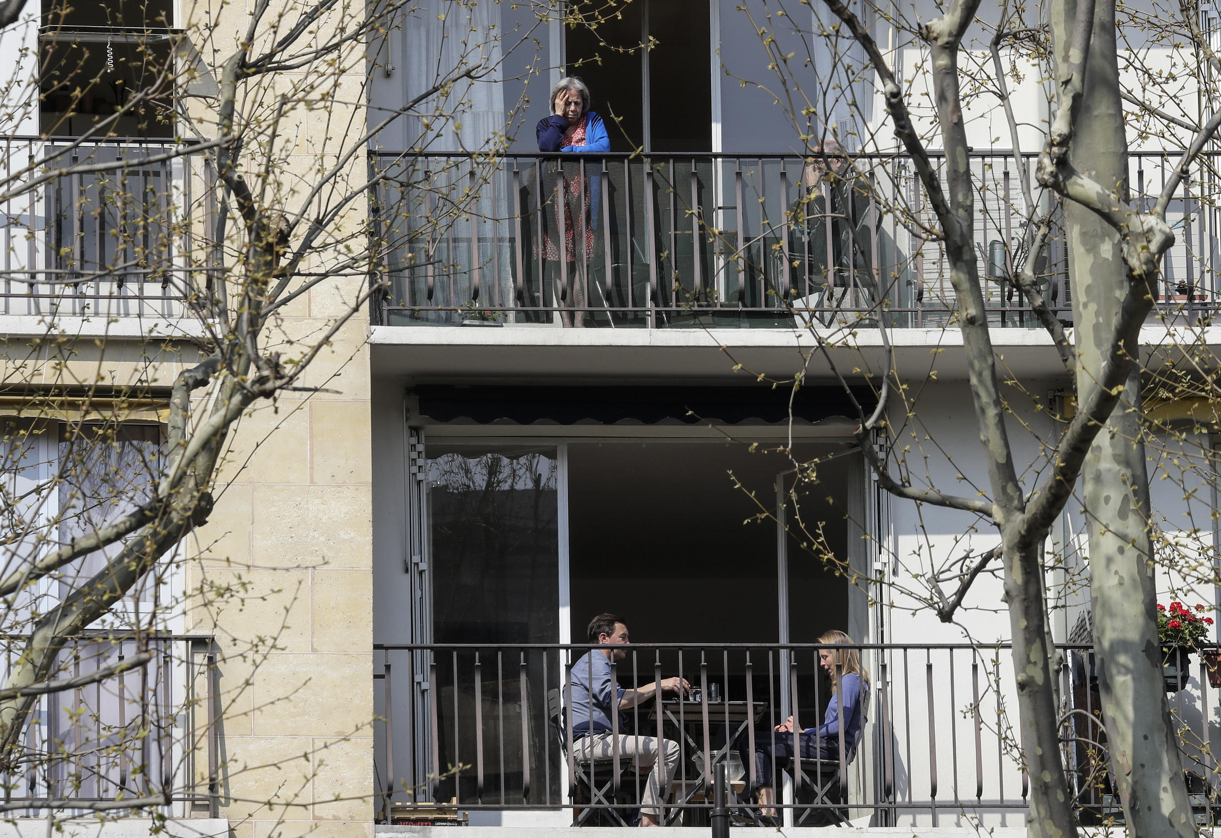 People remain on their balconies on March 28, 2020, on the twelfth day of the first confinement, in Paris.