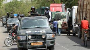 Des soldats camerounais patrouillent dans la ville de Waza, le 17 février 2015, dans l'Extrême-Nord du pays.