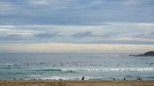 عودة الإسبان إلى الشواطئ مع تخفيف تدابير الحجر الصحي