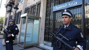 عناصر من قوات الأمن التونسية أمام وزارة الداخلية