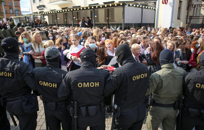 Les forces de l'ordre encerclent les manifestantes réunies pour protester contre les violences policières et les résultats du scrutin présidentiel à Minsk, en Biélorussie, le 12 septembre 2020.