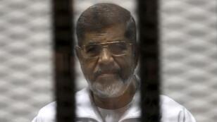 الرئيس المصري السابق محمد مرسي خلال إحدى جلسات محاكمته في 8 مايو/أيار 2014.