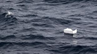 Du plastique (polystyrène) flottant au large des côtes françaises en mer Méditerranée, photo prise en juin 2018.