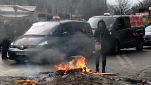 Des chauffeurs de taxi font brûler des pneus lors d'une manifestation à Marseille, le 28 janvier 2016.