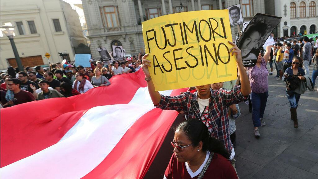 Cientos de ciudadanos rechazaron el indulto concedido por el presidente Pedro Pablo Kuczynski al exmandatario Alberto Fujimori.