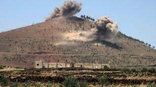 الدخان يرتفع من تلة في محافظة درعا في جنوب سوريا إثر قصف شنته القوات الحكومية في 15 تموز/يوليو 2018.