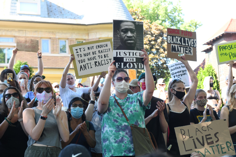 Des manifestants protestent devant la résidence du gouverneur du Minnesota à Minneapolis, le 1er juin 2020.