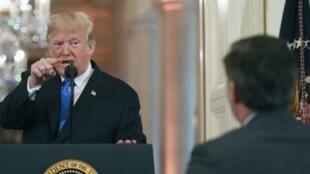 """الرئيس الأمريكي دونالد ترامب يشير بإصبعه إلى صحافي """"سي إن إن"""" جيم أكوستا خلال مؤتمر صحفي في البيت الأبيض في واشنطن بتاريخ 7 تشرين الثاني/نوفمبر 2018"""