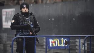 Un policier turc aux abords des lieux de l'attentat qui a frappé la boîte de nuit le Reina à Istanbul.