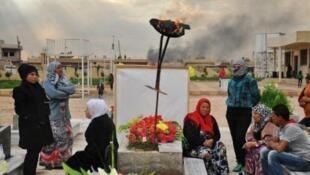 """عائلة كردية تزور قبر أحد أفرادها الذي قتل في معارك مع تنظيم """"الدولة الإسلامية"""""""