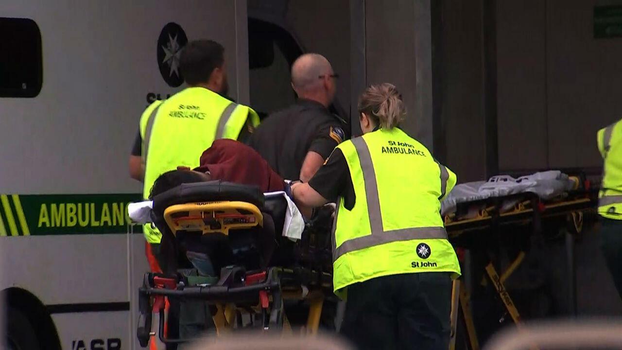 Los servicios de emergencia llevan a una persona al hospital, luego del tiroteo a una mezquita en Christchurch, Nueva Zelanda. 14 de marzo de 2019.