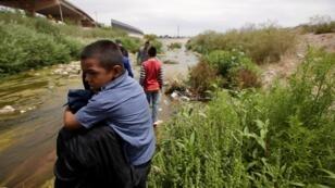 Migrantes cruzan el río Bravo en la frontera entre Ciudad Juárez, México, y El Paso en Texas, Estados Unidos.