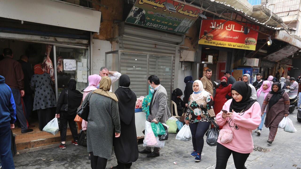 Une rue commerçante grouillant de clients en quête de provisions à l'approche du mois de ramadan, dans le sud du Liban, le 10 avril 2021.