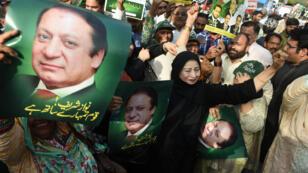 Des partisans de Nawaz Sharif se sont rassemblés jeudi 20 avril à l'annonce du verdict de la Cour suprême du Pakistan.