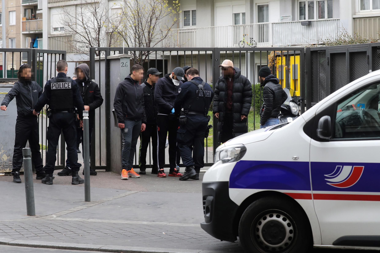 Des policiers de l'unité CSI-93 contrôlent les autorisations de sorties de personnes durant le confinement à Saint-Ouen, près de Paris, le 2 avril 2020.
