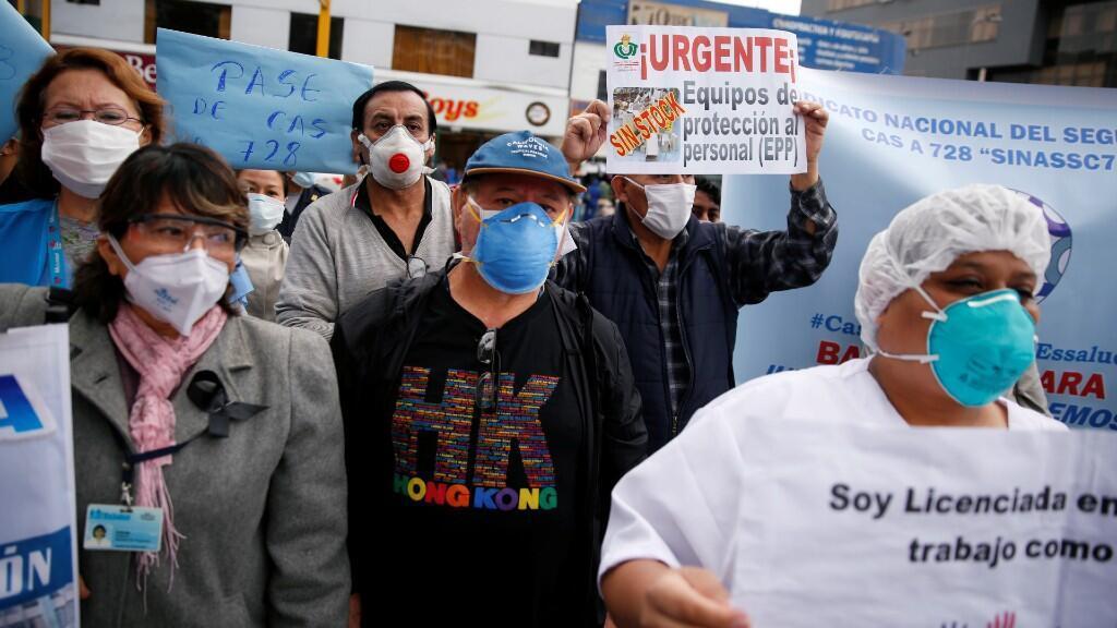 Personal médico protestas al gobierno contra la falta de equipos sanitarios que les protejan contra la enfermedad. En el Hospital Nacional Edgardo Rebagliati Martins, en Lima, Perú, el 17 de junio de 2020.