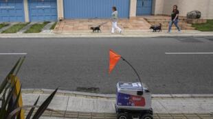 Un robot de reparto recorre una calle de Medellín, en Colombia, el 22 de abril de 2020