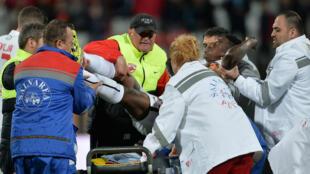 Le footballeur Patrick Ekeng est pris en charge par les secours après son malaise, le 6 mai 2016, à Bucarest.