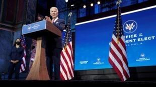 El presidente electo de Estados Unidos habla sobre la economía estadounidense, mientras la vicepresidenta electa Kamala Harris se mantiene al margen después de su reunión informativa con asesores económicos en Wilmington, Delaware, el 16 de noviembre de 2020.