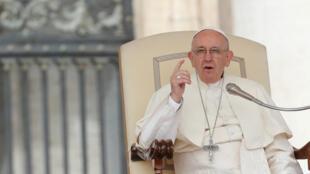 El papa Francisco envió una carta a los obispos chilenos con quienes espera tener un encuentro próximamente, imagen del 11 de abril de 2018.