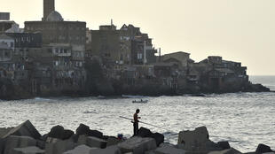 جزائري يصطاد السمك في العاصمة الجزائر في 29 حزيران/يونيو 2020