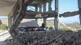 طلاي يمنيون بين أنقاض مدرستهم في تعز في 7 تشرين الأول/اكتوبر 2020