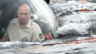 Vladimir Poutine à bord du bathyscaphe avec lequel il a inspecté, par plus de 80 m de fond,  l'épave d'un navire byzantin du Xe siècle dans la mer Noire.