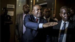 Le président de la Commission électorale nationale indépendante (Céni), Corneille Nangaa (au centre), fait un geste alors qu'il quitte une réunion commune avec les principaux candidats à la présidence et l'Union africaine (UA), le 2janvier2019 à Kinshasa.