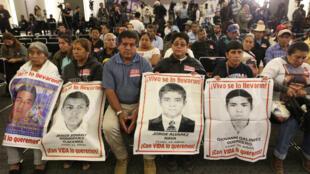 Familiares de los jóvenes desaparecidos de la normal rural de Ayotzinapa acudieron a la instalación de la Comisión Presidencial para la Verdad y Acceso a la Justicia en el Caso Ayotzinapa, en Ciudad de México, el martes 15 de enero de 2018.
