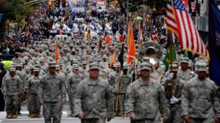 Varios soldados durante el desfile del Día de los Veteranos en la 5ª Avenida de Nueva York, Estados Unidos, el 11 de noviembre de 2015.