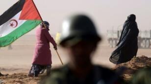 امرأة تحمل علم البوليساريو في الذكرى الأربعين لإعلان الجمهورية الصحراوية 27 فبراير/شباط 2016