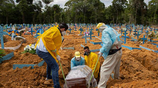 دفن ضحايا لفيروس كورونا المستجد في مقبرة نوسا سنيورا اباراسيدا في ماناوس في البرازيل في الخامس من كانون الثاني/يناير 2021
