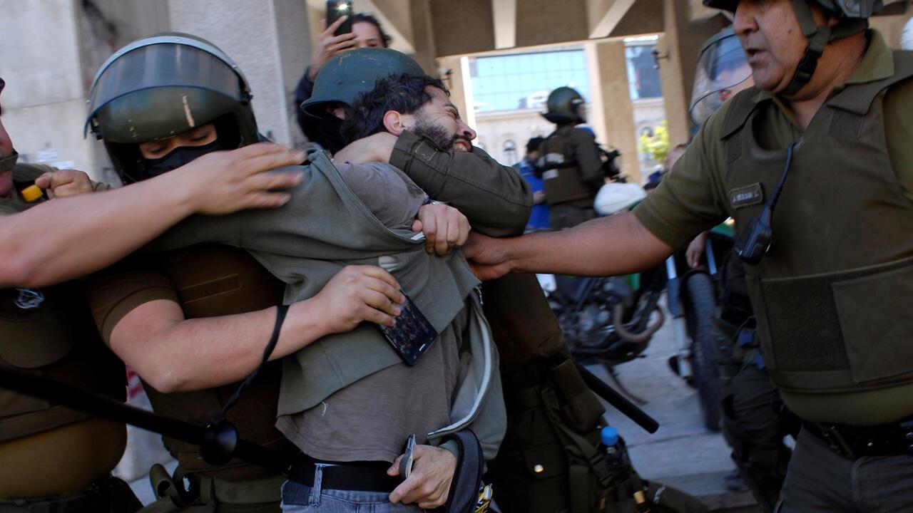 Un manifestante es detenido durante una protesta contra el Gobierno de Chile en Concepción, Chile, el 26 de noviembre de 2019.