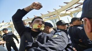 متظاهر جزائري يشارك في احتجاجات الصحافيين في العاصمة الجزائرية، 28 فبراير/ شباط 2019.