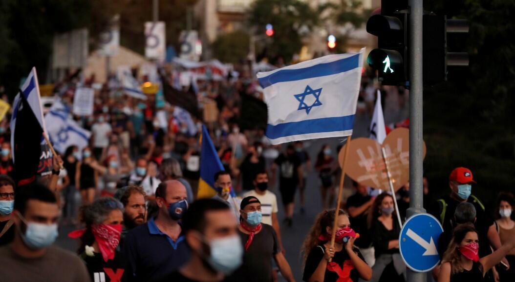 Cientos de israelíes protestan  contra el primer ministro Benjamin Netanyahu por la respuesta de su Gobierno a las consecuencias económicas que deja la pandemia del Covid-19. En Jerusalén, el 21 de julio de 2020.