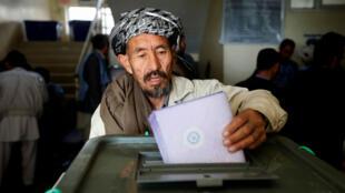 Un ciudadano afgano deposita su voto durante las elecciones parlamentarias en una mesa electoral en Kabul, Afganistán, el 21 de octubre de 2018.