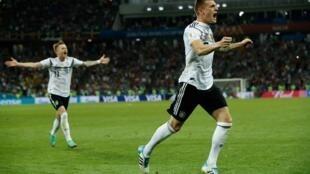 L'homme du match, l'Allemand Toni Kroos, célébrant le but de la délivrance.
