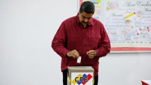 El presidente de Venezuela, Nicolás Maduro, introduce su voto en una urna durante las elecciones presidenciales de 2018 en Caracas, Venezuela, el 20 de mayo de 2018.