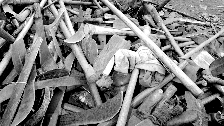 Una pila de machetes y hachas confiscadas a las milicias hutus, el 16 de julio de 1994 en la ciudad fronteriza de Goma, en Republica Democrática del Congo.