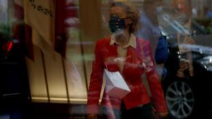 رئيسة المفوضية الأوروبية أورسولا فون دير لايين تغادر مقرّها عقب قمة أوروبية في بروكسل، 2 تشرين الاول/اكتوبر 2020