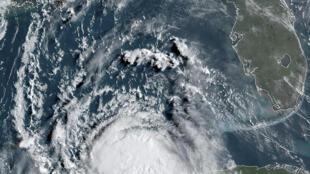 صورة التقطت بالأقمار الاصطناعية للإعصار لورا في خليج المكسيك في 25 آب/أغسطس 2020