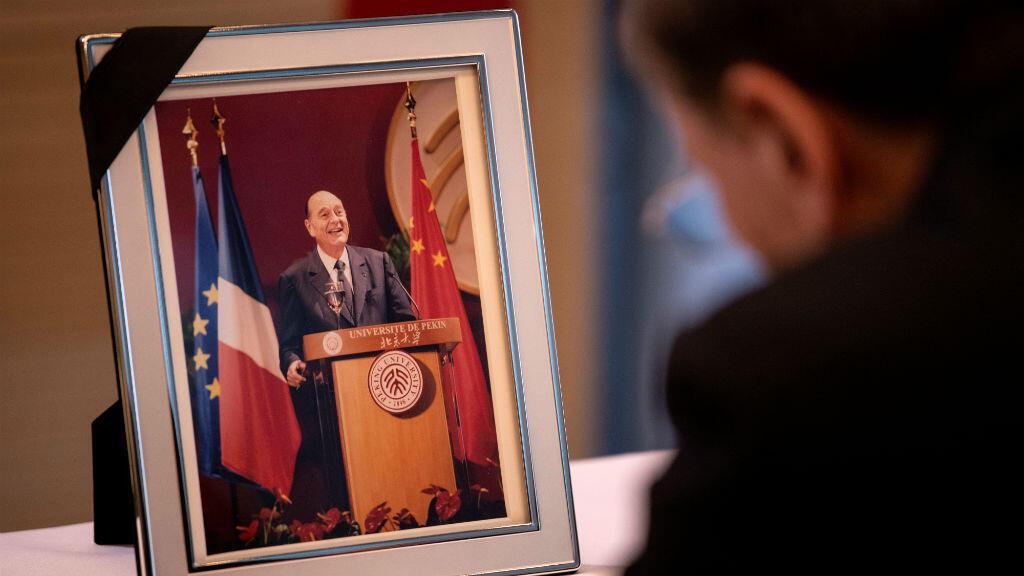 El vicepresidente de la República Popular de China, Wang Qishan, firma el libro de condolencias por la muerte del expresidente francés Jacques Chirac en la Embajada de Francia en Beijing, China, el 28 de septiembre de 2019.