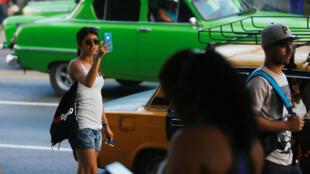 Mujer con un teléfono inteligente en La Habana, Cuba, el 11 de julio de 2018.