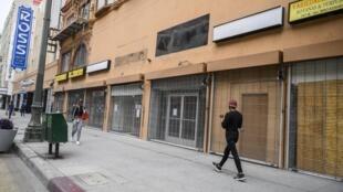 Unas tiendas cerradas del centro de Los Ángeles por la pandemia de coronavirus el 30 de abril de 2020