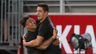 Les deux joueurs de la Nouvelle-Zélande, Anton Lienert-Brown et Julian Savea, célèbrent un essai, le 22 octobre 2016.