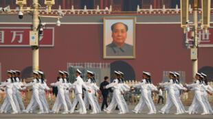 Un grupo de soldados marcha en la Plaza de Tiananmen antes de la ceremonia del 70 aniversario de la fundación de la República Popular de China en Beijing, China, el 30 de septiembre de 2019.