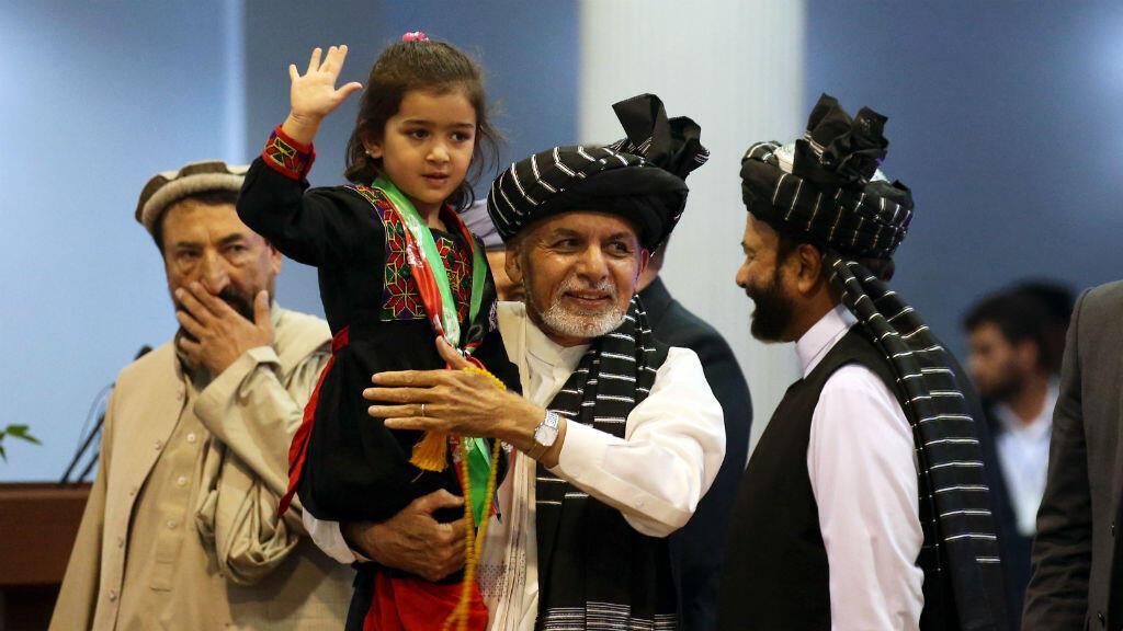 El candidato presidencial de Afganistán, Ashraf Ghani, sostiene a una niña durante su campaña electoral en Kabul, Afganistán, el 13 de septiembre de 2019.