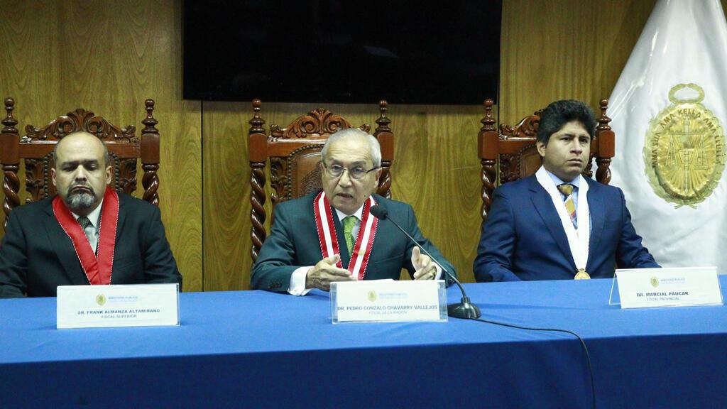 El fiscal Pedro Chávarry (medio) acompañado por el fiscal Frank Almanza Altamirano (izquierda) y el fiscal Marcial Páucar Chapa (derecha), en la conferencia de prensa del 31 de diciembre del 2018.