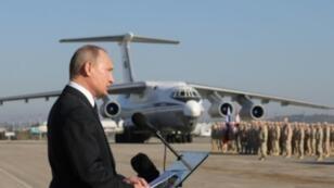 الرئيس الروسي فلاديمير بوتين يلقي خطابا خلال زيارته قاعدة حميميم في سوريا في 11 كانون الأول/ديسمبر.